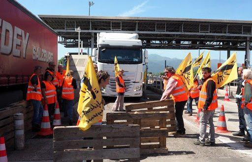Les agriculteurs espagnols détruisent les camions marocains